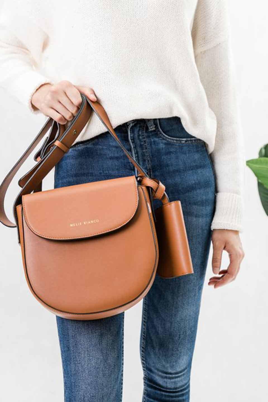 meliebiancoのPiper(Saddle)/海外ファッション好きにオススメのインポートバッグとかばん、MelieBianco(メリービアンコ)のバッグやショルダーバッグ。メリービアンコの中でも根強い人気のラウンドタイプのショルダーバッグ。芯入りのなので型くずれしにくく、綺麗なアーチを保ちます。/main-6