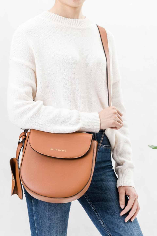 meliebiancoのPiper(Saddle)/海外ファッション好きにオススメのインポートバッグとかばん、MelieBianco(メリービアンコ)のバッグやショルダーバッグ。メリービアンコの中でも根強い人気のラウンドタイプのショルダーバッグ。芯入りのなので型くずれしにくく、綺麗なアーチを保ちます。/main-7