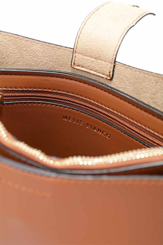 meliebiancoのAlice(Saddle)/海外ファッション好きにオススメのインポートバッグとかばん、MelieBianco(メリービアンコ)のバッグやハンドバッグ。スクエアシルエットがシャープな印象のショルダーバッグ。ファスナー付きの中央ポケットは荷室を分ける簡易仕切りになっています。/main-16