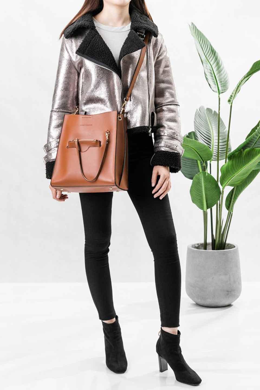 meliebiancoのAlice(Saddle)/海外ファッション好きにオススメのインポートバッグとかばん、MelieBianco(メリービアンコ)のバッグやハンドバッグ。スクエアシルエットがシャープな印象のショルダーバッグ。ファスナー付きの中央ポケットは荷室を分ける簡易仕切りになっています。/main-18