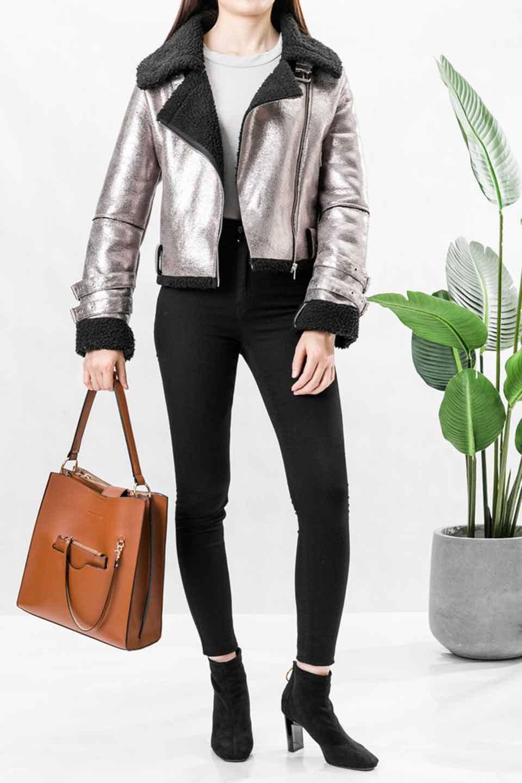 meliebiancoのAlice(Saddle)/海外ファッション好きにオススメのインポートバッグとかばん、MelieBianco(メリービアンコ)のバッグやハンドバッグ。スクエアシルエットがシャープな印象のショルダーバッグ。ファスナー付きの中央ポケットは荷室を分ける簡易仕切りになっています。/main-19