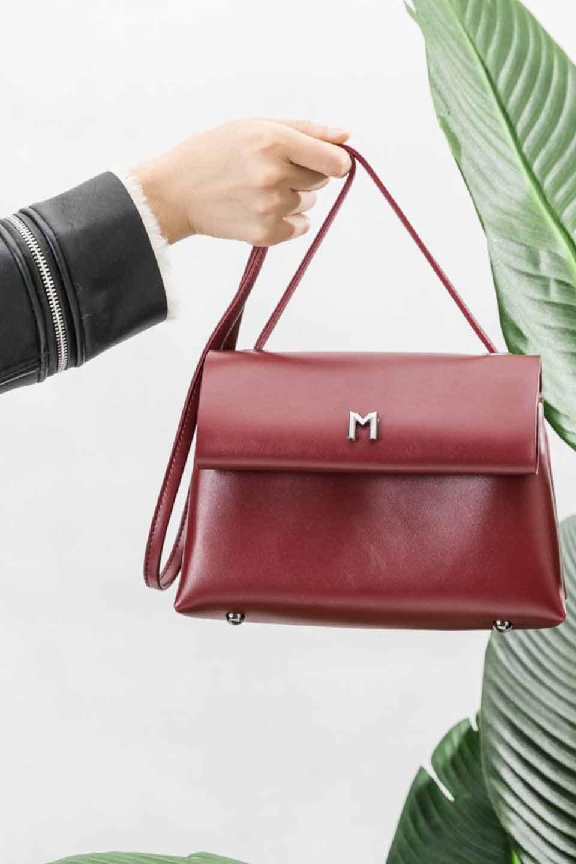 meliebiancoのRiley(Burgundy)/海外ファッション好きにオススメのインポートバッグとかばん、MelieBianco(メリービアンコ)のバッグやハンドバッグ。コンパクトでありながら2つの荷室で使いやすいショルダーバッグ。2重になったフラップのボリュームと、ふっくらしたサイドのデザインが優しい印象のバッグです。/main-6