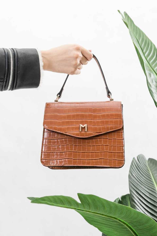 meliebiancoのLena(Saddle)/海外ファッション好きにオススメのインポートバッグとかばん、MelieBianco(メリービアンコ)のバッグやハンドバッグ。クロコダイルの型押しで高級感があるミニハンドバッグ。なめらかな艶感と硬めの質感でまるで本物の様なビーガンレザーを使用しています。/main-5