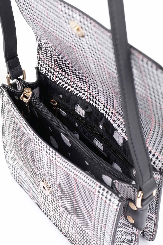 meliebiancoのDesi(Black)/海外ファッション好きにオススメのインポートバッグとかばん、MelieBianco(メリービアンコ)のバッグやショルダーバッグ。人気のチェック柄をあしらったコンパクトサイズのショルダーバッグ。レザー部分とチェックのカラーを合わせているのも心憎いポイント。/main-15