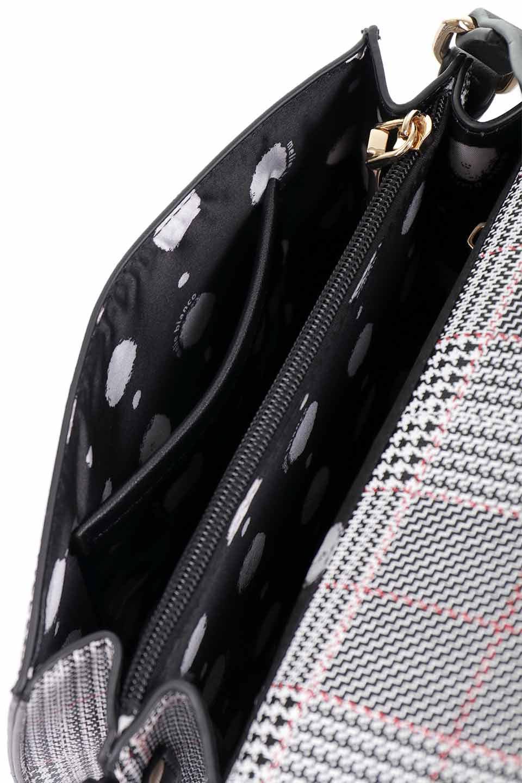 meliebiancoのDesi(Black)/海外ファッション好きにオススメのインポートバッグとかばん、MelieBianco(メリービアンコ)のバッグやショルダーバッグ。人気のチェック柄をあしらったコンパクトサイズのショルダーバッグ。レザー部分とチェックのカラーを合わせているのも心憎いポイント。/main-16