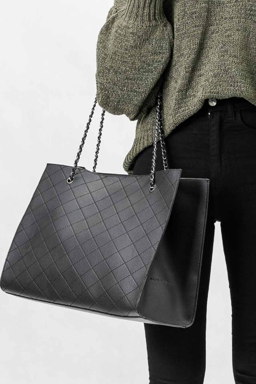 meliebiancoのNova(Black)/海外ファッション好きにオススメのインポートバッグとかばん、MelieBianco(メリービアンコ)のバッグやトートバッグ。メリービアンコのプレミアムビーガンレザーにキルティングのようなステッチを施したボディが可愛いトートバッグ。シンプルなボディにゴールドチェーンの持ち手がアクセントになった大人っぽいバッグです。/main-6