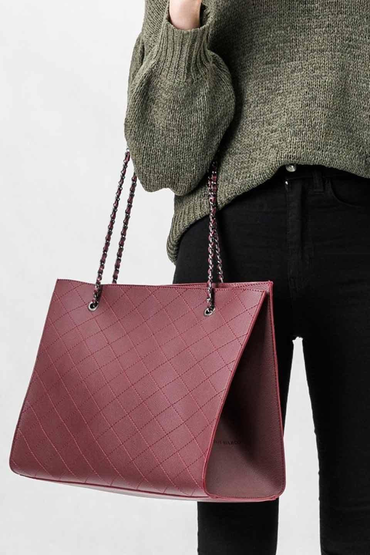 meliebiancoのNova(Burgundy)/海外ファッション好きにオススメのインポートバッグとかばん、MelieBianco(メリービアンコ)のバッグやトートバッグ。メリービアンコのプレミアムビーガンレザーにキルティングのようなステッチを施したボディが可愛いトートバッグ。シンプルなボディにゴールドチェーンの持ち手がアクセントになった大人っぽいバッグです。/main-5
