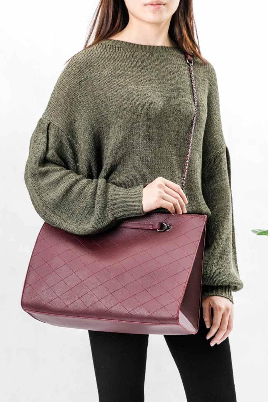 meliebiancoのNova(Burgundy)/海外ファッション好きにオススメのインポートバッグとかばん、MelieBianco(メリービアンコ)のバッグやトートバッグ。メリービアンコのプレミアムビーガンレザーにキルティングのようなステッチを施したボディが可愛いトートバッグ。シンプルなボディにゴールドチェーンの持ち手がアクセントになった大人っぽいバッグです。/main-6