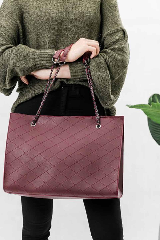 meliebiancoのNova(Burgundy)/海外ファッション好きにオススメのインポートバッグとかばん、MelieBianco(メリービアンコ)のバッグやトートバッグ。メリービアンコのプレミアムビーガンレザーにキルティングのようなステッチを施したボディが可愛いトートバッグ。シンプルなボディにゴールドチェーンの持ち手がアクセントになった大人っぽいバッグです。/main-7