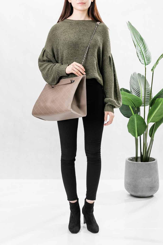 meliebiancoのNova(Taupe)/海外ファッション好きにオススメのインポートバッグとかばん、MelieBianco(メリービアンコ)のバッグやトートバッグ。メリービアンコのプレミアムビーガンレザーにキルティングのようなステッチを施したボディが可愛いトートバッグ。シンプルなボディにゴールドチェーンの持ち手がアクセントになった大人っぽいバッグです。/main-5