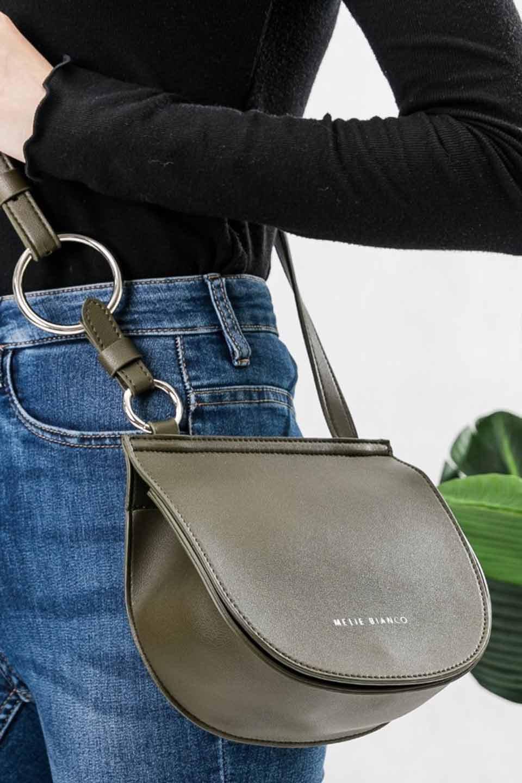 meliebiancoのAly(Olive)/海外ファッション好きにオススメのインポートバッグとかばん、MelieBianco(メリービアンコ)のバッグやショルダーバッグ。シルバーのリングがアクセントのラウンドタイプのショルダーバッグ。ボディと同型のフラップなので、ボディー部分は極めてシンプルなデザインです。/main-5