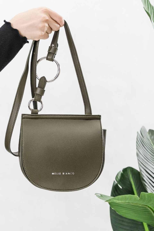 meliebiancoのAly(Olive)/海外ファッション好きにオススメのインポートバッグとかばん、MelieBianco(メリービアンコ)のバッグやショルダーバッグ。シルバーのリングがアクセントのラウンドタイプのショルダーバッグ。ボディと同型のフラップなので、ボディー部分は極めてシンプルなデザインです。/main-6