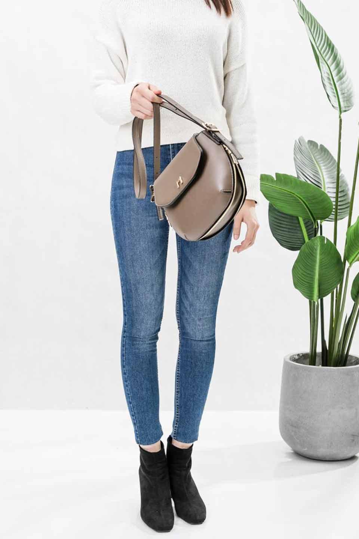 meliebiancoのLyla(Black)/海外ファッション好きにオススメのインポートバッグとかばん、MelieBianco(メリービアンコ)のバッグやショルダーバッグ。ふっくらと丸いシルエットが可愛いショルダーバッグ。ストラップは両サイドの付け根でも長さが調節できるので、お好みの長さに調節できます。/main-13