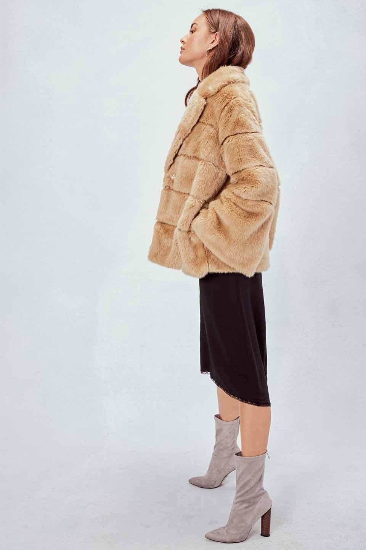 LOVESTITCHのWinnieCoatベルスリーブ・エコファーコート/海外ファッションが好きな大人カジュアルのためのLOVESTITCH(ラブステッチ)のアウターやコート。ルーズなベルスリーブが特徴のエコファーを使用したショートコート。絶妙な着丈の長さと明るめのキャメルカラーでワンランク上のカジュアルコーデが楽しめます。/main-10