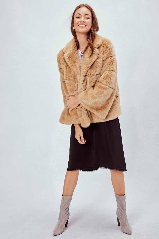 LOVESTITCHのWinnieCoatベルスリーブ・エコファーコート/海外ファッションが好きな大人カジュアルのためのLOVESTITCH(ラブステッチ)のアウターやコート。ルーズなベルスリーブが特徴のエコファーを使用したショートコート。絶妙な着丈の長さと明るめのキャメルカラーでワンランク上のカジュアルコーデが楽しめます。/main-12
