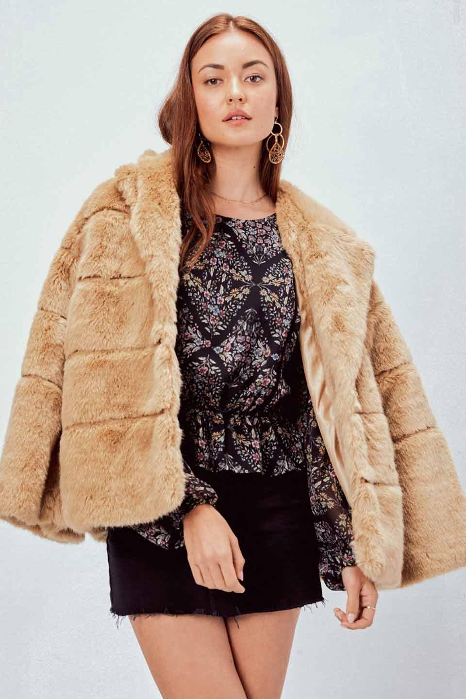 LOVESTITCHのWinnieCoatベルスリーブ・エコファーコート/海外ファッションが好きな大人カジュアルのためのLOVESTITCH(ラブステッチ)のアウターやコート。ルーズなベルスリーブが特徴のエコファーを使用したショートコート。絶妙な着丈の長さと明るめのキャメルカラーでワンランク上のカジュアルコーデが楽しめます。/main-15