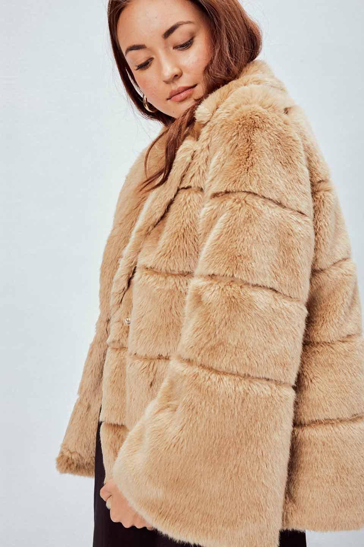 LOVESTITCHのWinnieCoatベルスリーブ・エコファーコート/海外ファッションが好きな大人カジュアルのためのLOVESTITCH(ラブステッチ)のアウターやコート。ルーズなベルスリーブが特徴のエコファーを使用したショートコート。絶妙な着丈の長さと明るめのキャメルカラーでワンランク上のカジュアルコーデが楽しめます。/main-6
