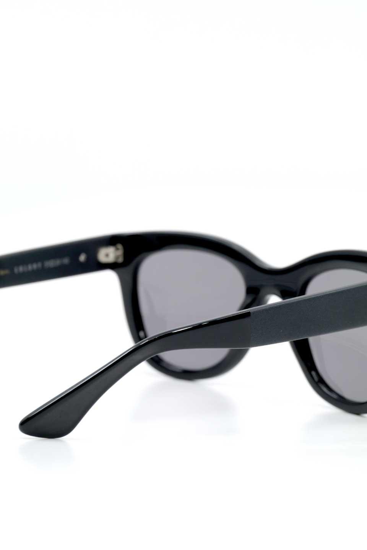 WONDERLANDのCOLONY(01-Black/GreyLens)コロニー・セルフレーム・サングラス/WONDERLANDのメガネ・サングラスや。アメリカ西海岸のレディースクロージングブランド「STONECOLDFOX」とのコラボレーションモデルです。より女性らしいラウンドしたフレームと特徴的な大きなレンズは、クールな女性を演出してくれると同時に小顔効果が望めます。/main-11