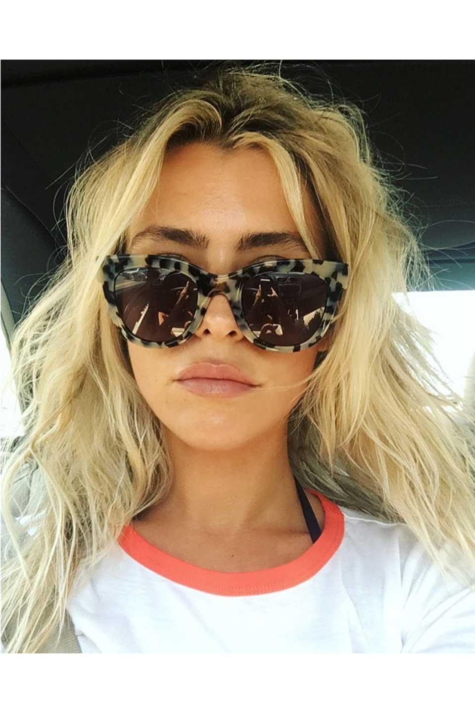 WONDERLANDのCOLONY(01-Black/GreyLens)コロニー・セルフレーム・サングラス/WONDERLANDのメガネ・サングラスや。アメリカ西海岸のレディースクロージングブランド「STONECOLDFOX」とのコラボレーションモデルです。より女性らしいラウンドしたフレームと特徴的な大きなレンズは、クールな女性を演出してくれると同時に小顔効果が望めます。/main-24