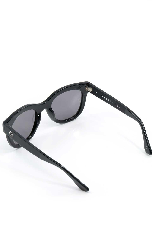 WONDERLANDのCOLONY(01-Black/GreyLens)コロニー・セルフレーム・サングラス/WONDERLANDのメガネ・サングラスや。アメリカ西海岸のレディースクロージングブランド「STONECOLDFOX」とのコラボレーションモデルです。より女性らしいラウンドしたフレームと特徴的な大きなレンズは、クールな女性を演出してくれると同時に小顔効果が望めます。/main-7