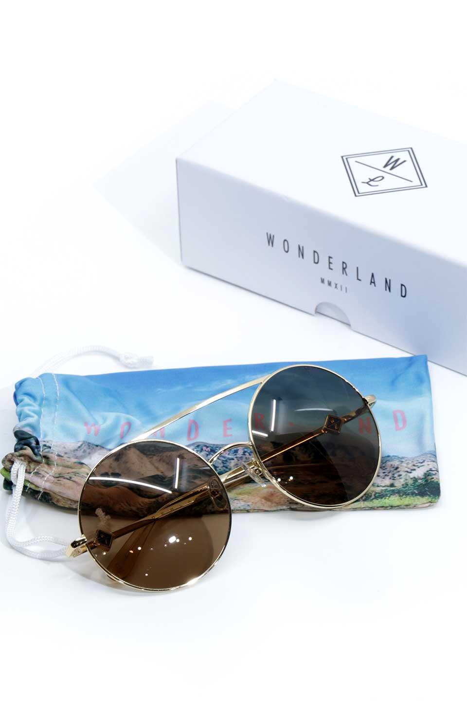 WONDERLANDのBLYTHE(03-Gold/BronzeLens)ブライス・メタルフレーム・サングラス/WONDERLANDのメガネ・サングラスや。INDIOより大きめのラウンドグラスを採用した女性向けモデル「BLYTHE/ブライス」WONDERLANDの中でもSUNCITYの次に大きいグラスを採用し、同じラウンド型サングラスのINDIOやSTATELINEとは異なる特徴的なデザインです。ブリッジ部分はSTATELINEやINDIOと同様「ツーブリッジ」を採用。/main-16