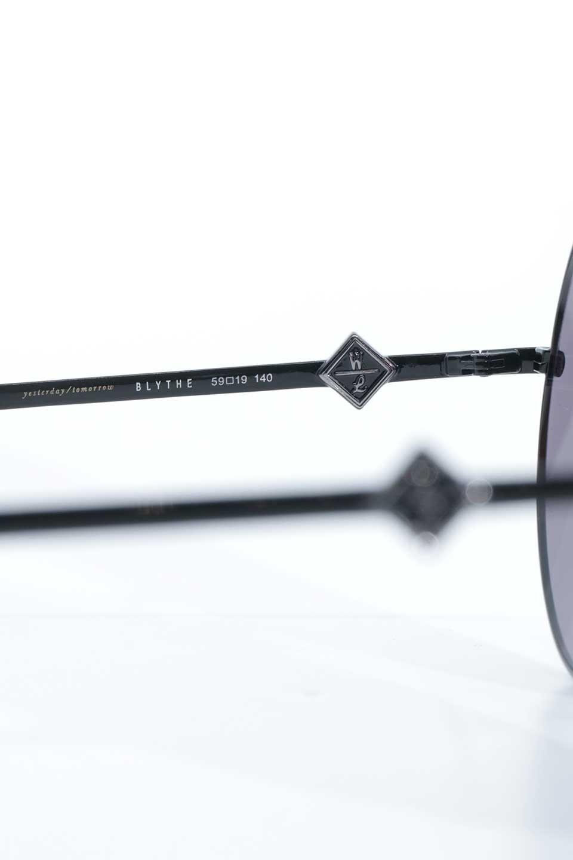 WONDERLANDのBLYTHE(01-Black/GreyLens)ブライス・メタルフレーム・サングラス/WONDERLANDのメガネ・サングラスや。INDIOより大きめのラウンドグラスを採用した女性向けモデル「BLYTHE/ブライス」WONDERLANDの中でもSUNCITYの次に大きいグラスを採用し、同じラウンド型サングラスのINDIOやSTATELINEとは異なる特徴的なデザインです。ブリッジ部分はSTATELINEやINDIOと同様「ツーブリッジ」を採用。/main-10
