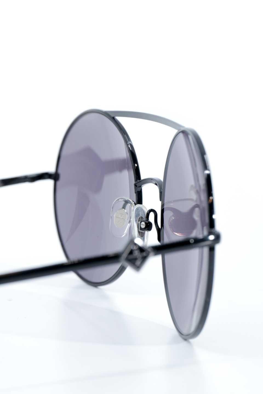 WONDERLANDのBLYTHE(01-Black/GreyLens)ブライス・メタルフレーム・サングラス/WONDERLANDのメガネ・サングラスや。INDIOより大きめのラウンドグラスを採用した女性向けモデル「BLYTHE/ブライス」WONDERLANDの中でもSUNCITYの次に大きいグラスを採用し、同じラウンド型サングラスのINDIOやSTATELINEとは異なる特徴的なデザインです。ブリッジ部分はSTATELINEやINDIOと同様「ツーブリッジ」を採用。/main-12