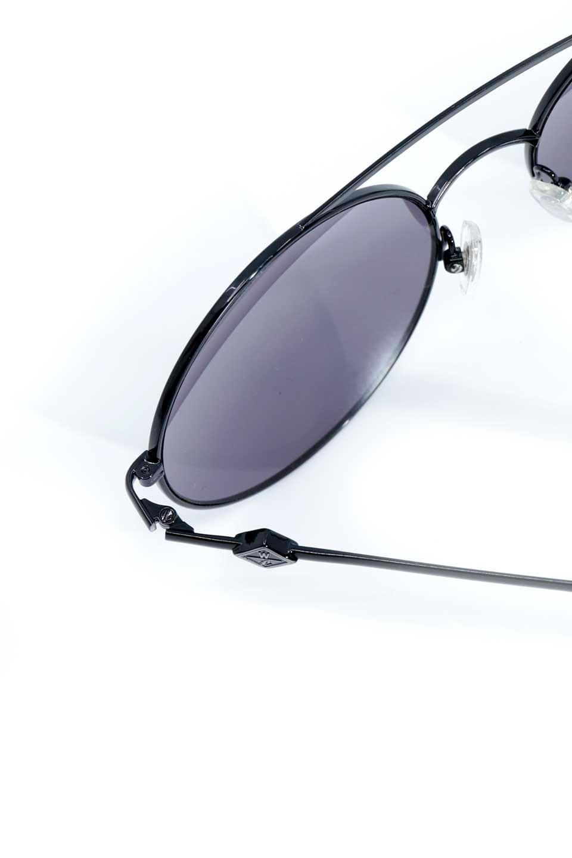 WONDERLANDのBLYTHE(01-Black/GreyLens)ブライス・メタルフレーム・サングラス/WONDERLANDのメガネ・サングラスや。INDIOより大きめのラウンドグラスを採用した女性向けモデル「BLYTHE/ブライス」WONDERLANDの中でもSUNCITYの次に大きいグラスを採用し、同じラウンド型サングラスのINDIOやSTATELINEとは異なる特徴的なデザインです。ブリッジ部分はSTATELINEやINDIOと同様「ツーブリッジ」を採用。/main-15