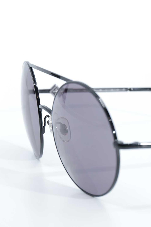 WONDERLANDのBLYTHE(01-Black/GreyLens)ブライス・メタルフレーム・サングラス/WONDERLANDのメガネ・サングラスや。INDIOより大きめのラウンドグラスを採用した女性向けモデル「BLYTHE/ブライス」WONDERLANDの中でもSUNCITYの次に大きいグラスを採用し、同じラウンド型サングラスのINDIOやSTATELINEとは異なる特徴的なデザインです。ブリッジ部分はSTATELINEやINDIOと同様「ツーブリッジ」を採用。/main-8
