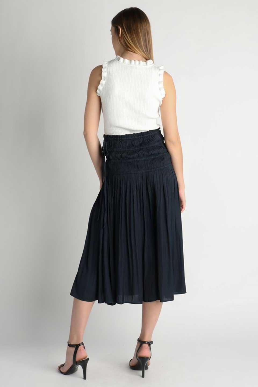L.A.直輸入のPleatedMidiSkirtプリーツ入りミディスカート大人カジュアルに最適な海外ファッションのothers(その他インポートアイテム)のボトムやスカート。スッキリとした腰回りで大人のカジュアルコーディネートが楽しめるプリーツスカート。カラーは濃い目のネイビー。/main-7