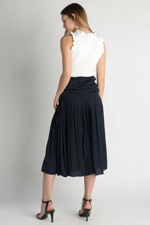 L.A.直輸入のPleatedMidiSkirtプリーツ入りミディスカート大人カジュアルに最適な海外ファッションのothers(その他インポートアイテム)のボトムやスカート。スッキリとした腰回りで大人のカジュアルコーディネートが楽しめるプリーツスカート。カラーは濃い目のネイビー。/main-8