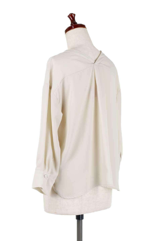 FrontPocketV-NeckBlouseポケット付きブラウス大人カジュアルに最適な海外ファッションのothers(その他インポートアイテム)のトップスやシャツ・ブラウス。シンプルで合わせやすいVネックのブラウス。光沢を抑えた肌触りの良いサテン生地を使用。/main-13