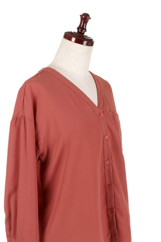 FrontPocketV-NeckBlouseポケット付きブラウス大人カジュアルに最適な海外ファッションのothers(その他インポートアイテム)のトップスやシャツ・ブラウス。シンプルで合わせやすいVネックのブラウス。光沢を抑えた肌触りの良いサテン生地を使用。/main-21