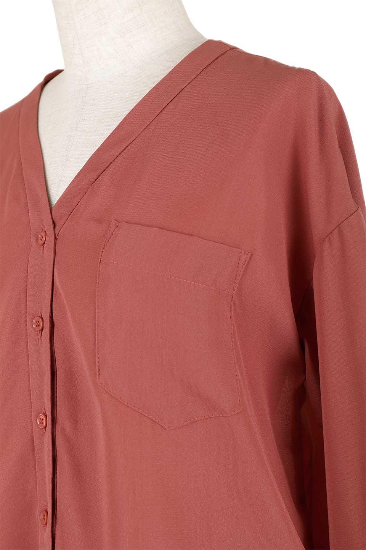 FrontPocketV-NeckBlouseポケット付きブラウス大人カジュアルに最適な海外ファッションのothers(その他インポートアイテム)のトップスやシャツ・ブラウス。シンプルで合わせやすいVネックのブラウス。光沢を抑えた肌触りの良いサテン生地を使用。/main-22