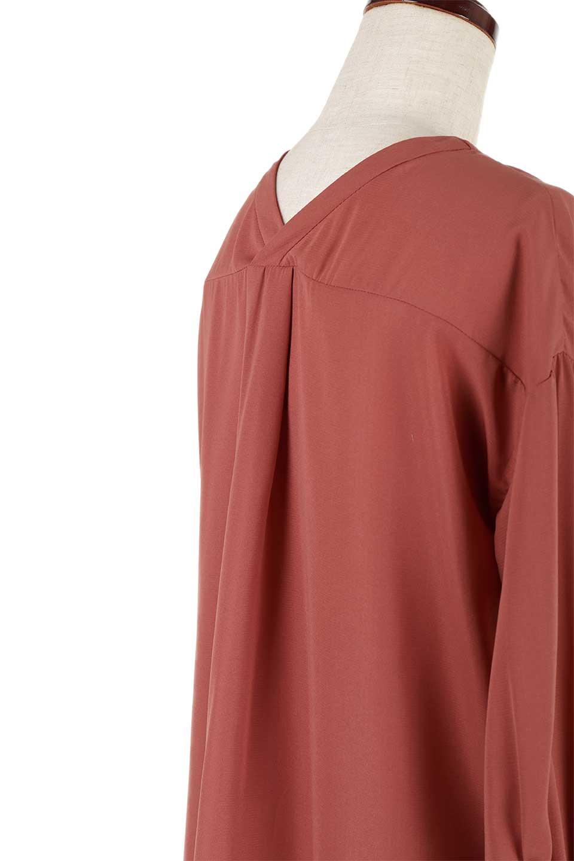 FrontPocketV-NeckBlouseポケット付きブラウス大人カジュアルに最適な海外ファッションのothers(その他インポートアイテム)のトップスやシャツ・ブラウス。シンプルで合わせやすいVネックのブラウス。光沢を抑えた肌触りの良いサテン生地を使用。/main-24