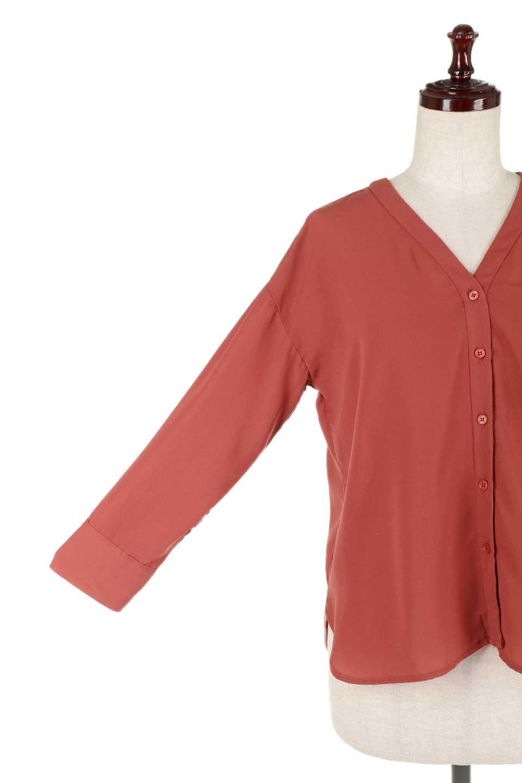 FrontPocketV-NeckBlouseポケット付きブラウス大人カジュアルに最適な海外ファッションのothers(その他インポートアイテム)のトップスやシャツ・ブラウス。シンプルで合わせやすいVネックのブラウス。光沢を抑えた肌触りの良いサテン生地を使用。/main-25