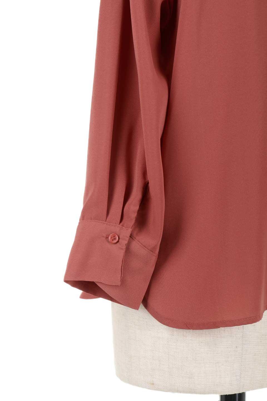 FrontPocketV-NeckBlouseポケット付きブラウス大人カジュアルに最適な海外ファッションのothers(その他インポートアイテム)のトップスやシャツ・ブラウス。シンプルで合わせやすいVネックのブラウス。光沢を抑えた肌触りの良いサテン生地を使用。/main-26