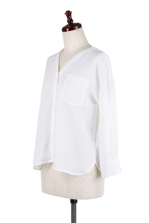 FrontPocketV-NeckBlouseポケット付きブラウス大人カジュアルに最適な海外ファッションのothers(その他インポートアイテム)のトップスやシャツ・ブラウス。シンプルで合わせやすいVネックのブラウス。光沢を抑えた肌触りの良いサテン生地を使用。/main-6
