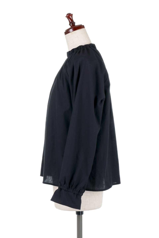 GatheredHighNeckBlouseギャザーハイネック・コットンブラウス大人カジュアルに最適な海外ファッションのothers(その他インポートアイテム)のトップスやシャツ・ブラウス。ギャザーを配した低めのハイネックの長袖ブラウス。コットン100%でリネンのようなシャキッとしたハリのある素材感でナチュラルな雰囲気です。/main-12