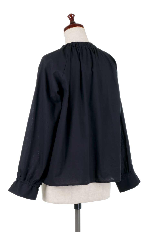 GatheredHighNeckBlouseギャザーハイネック・コットンブラウス大人カジュアルに最適な海外ファッションのothers(その他インポートアイテム)のトップスやシャツ・ブラウス。ギャザーを配した低めのハイネックの長袖ブラウス。コットン100%でリネンのようなシャキッとしたハリのある素材感でナチュラルな雰囲気です。/main-13