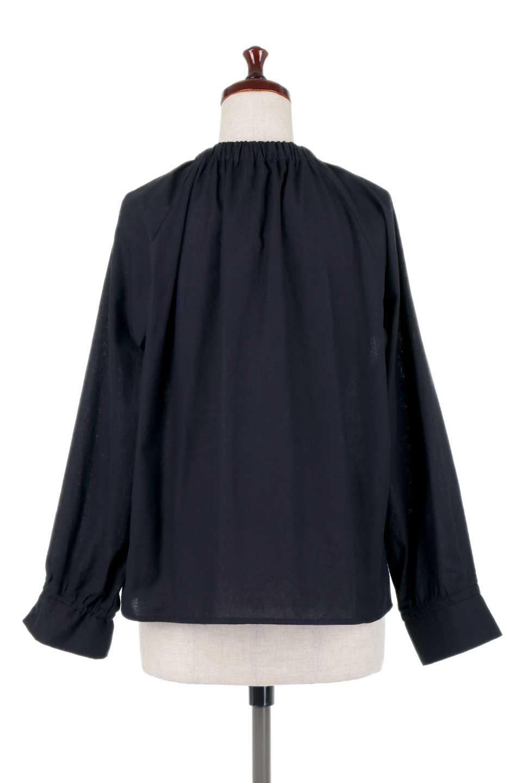 GatheredHighNeckBlouseギャザーハイネック・コットンブラウス大人カジュアルに最適な海外ファッションのothers(その他インポートアイテム)のトップスやシャツ・ブラウス。ギャザーを配した低めのハイネックの長袖ブラウス。コットン100%でリネンのようなシャキッとしたハリのある素材感でナチュラルな雰囲気です。/main-14