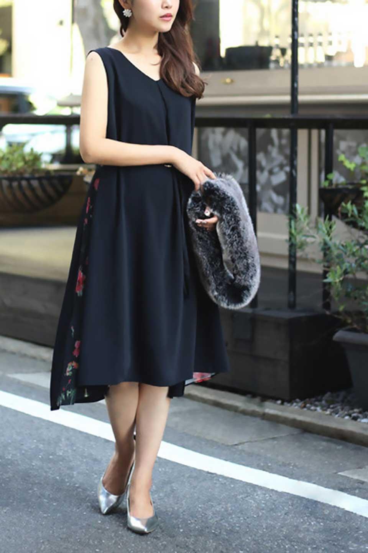 FloralSideLinedSleevelessDress花柄切り替え・Aラインドレス大人カジュアルに最適な海外ファッションのothers(その他インポートアイテム)のワンピースやミディワンピース。パーティーなどで活躍しそうな上品ワンピース。ドレープ感のある生地にサイドの花柄が映える華のあるドレスです。/main-18