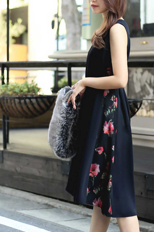 FloralSideLinedSleevelessDress花柄切り替え・Aラインドレス大人カジュアルに最適な海外ファッションのothers(その他インポートアイテム)のワンピースやミディワンピース。パーティーなどで活躍しそうな上品ワンピース。ドレープ感のある生地にサイドの花柄が映える華のあるドレスです。/main-20