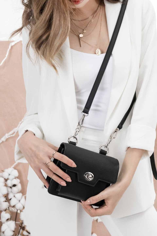 meliebiancoのLara(Black)ロングストラップ・スクエアショルダーバッグ/海外ファッション好きにオススメのインポートバッグとかばん、MelieBianco(メリービアンコ)のバッグやハンドバッグ。ミニバッグはカワイイけど財布が入らない・・・このバッグならお財布は要りません。コンパクトなボディにカードホルダーなどを備えたスグレモノです。/main-11