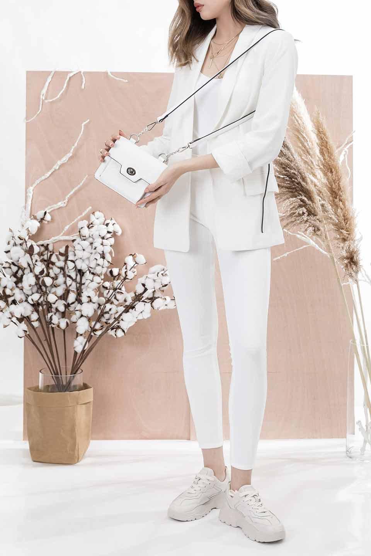 meliebiancoのLara(White)ロングストラップ・スクエアショルダーバッグ/海外ファッション好きにオススメのインポートバッグとかばん、MelieBianco(メリービアンコ)のバッグやハンドバッグ。ミニバッグはカワイイけど財布が入らない・・・このバッグならお財布は要りません。コンパクトなボディにカードホルダーなどを備えたスグレモノです。/main-12