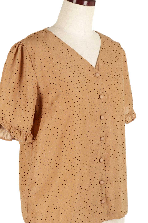 VNeckDottedBlouseVネック・ドットプリントブラウス大人カジュアルに最適な海外ファッションのothers(その他インポートアイテム)のトップスやシャツ・ブラウス。ランダムなドット柄が可愛いVネックのブラウス。半端丈の袖とスクエアタイプの裾が独特な雰囲気のアイテムです。/main-15