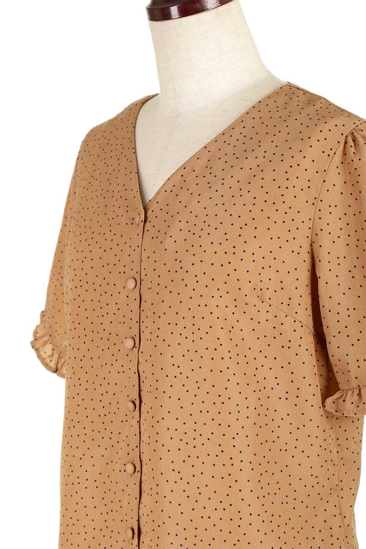 VNeckDottedBlouseVネック・ドットプリントブラウス大人カジュアルに最適な海外ファッションのothers(その他インポートアイテム)のトップスやシャツ・ブラウス。ランダムなドット柄が可愛いVネックのブラウス。半端丈の袖とスクエアタイプの裾が独特な雰囲気のアイテムです。/main-16