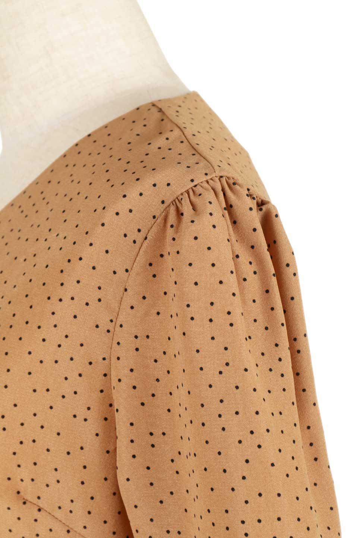 VNeckDottedBlouseVネック・ドットプリントブラウス大人カジュアルに最適な海外ファッションのothers(その他インポートアイテム)のトップスやシャツ・ブラウス。ランダムなドット柄が可愛いVネックのブラウス。半端丈の袖とスクエアタイプの裾が独特な雰囲気のアイテムです。/main-17
