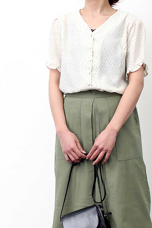 VNeckDottedBlouseVネック・ドットプリントブラウス大人カジュアルに最適な海外ファッションのothers(その他インポートアイテム)のトップスやシャツ・ブラウス。ランダムなドット柄が可愛いVネックのブラウス。半端丈の袖とスクエアタイプの裾が独特な雰囲気のアイテムです。/main-21