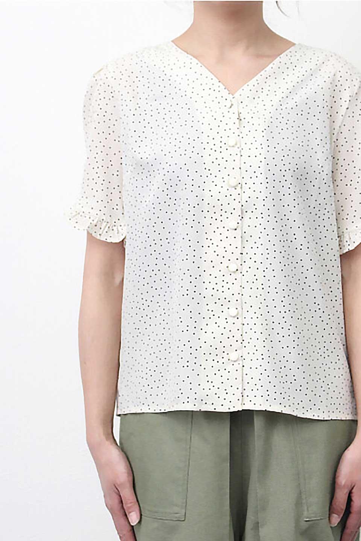 VNeckDottedBlouseVネック・ドットプリントブラウス大人カジュアルに最適な海外ファッションのothers(その他インポートアイテム)のトップスやシャツ・ブラウス。ランダムなドット柄が可愛いVネックのブラウス。半端丈の袖とスクエアタイプの裾が独特な雰囲気のアイテムです。/main-23
